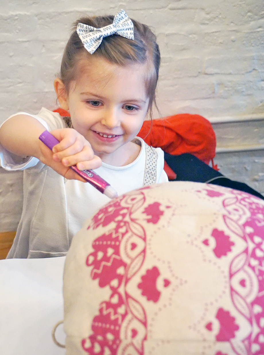 Glitter and Bubbles does a fun and easy DIY with Yoobi and Lil Pyar at By the Park in Chicago.